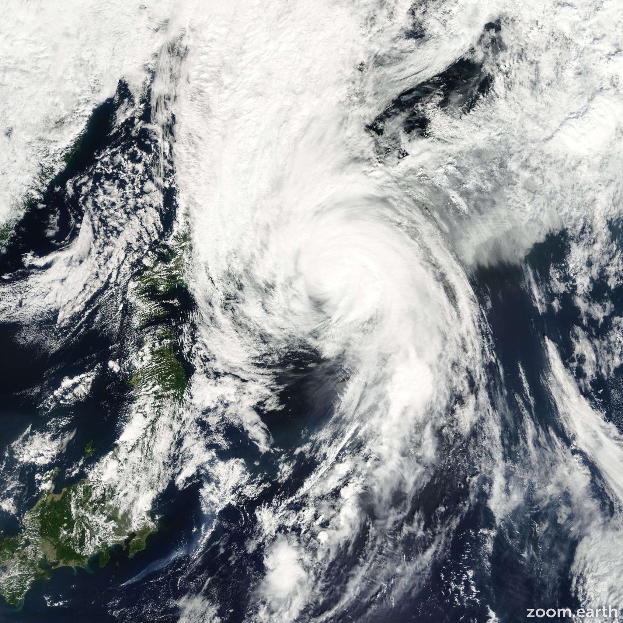 Satellite image of Typhoon Sonamu 2000